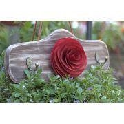 Porta chaves com flor de madeira