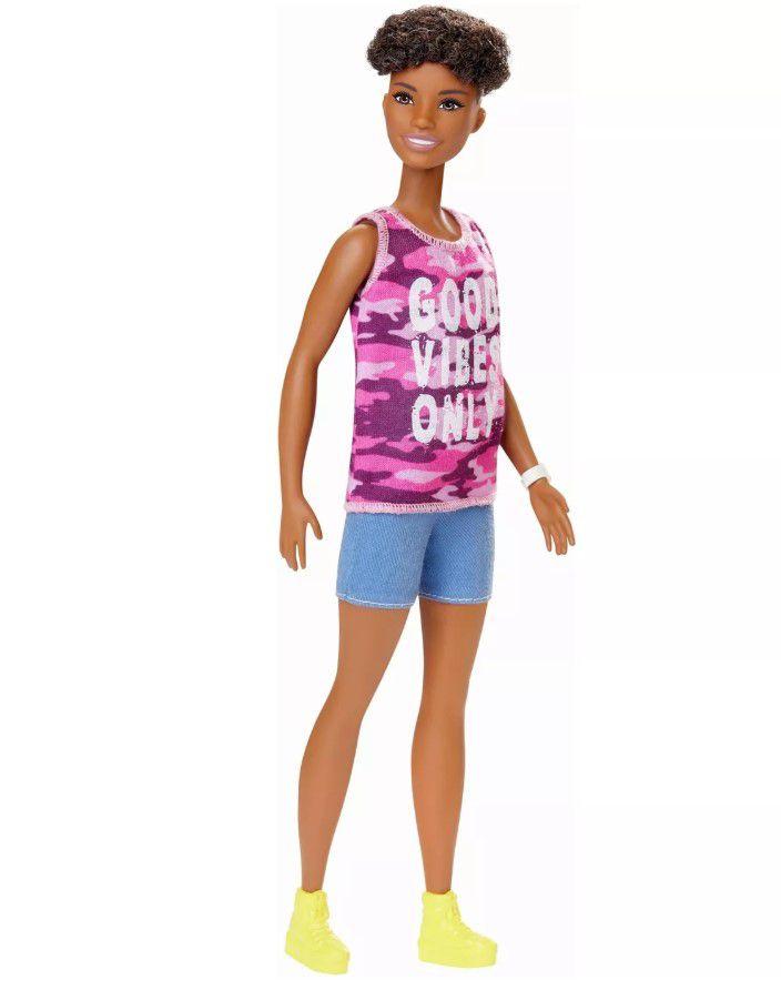 Boneca Barbie Fashionistas - 128 Cabelo curto encaracolado e camiseta camuflagem pink