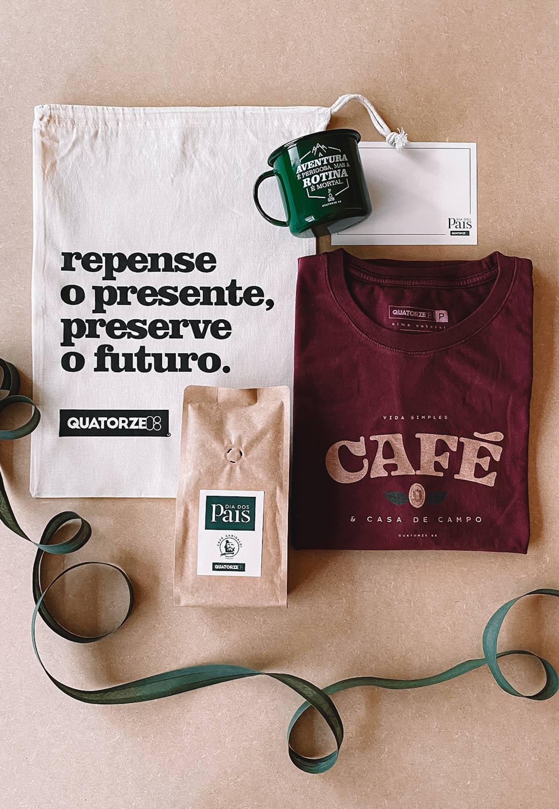 Caixa Presente Masculino 4 Peças: Camiseta Café Bordô + Caneca Aventura Verde + Café Artesanal + Ecobag 100% Algodão