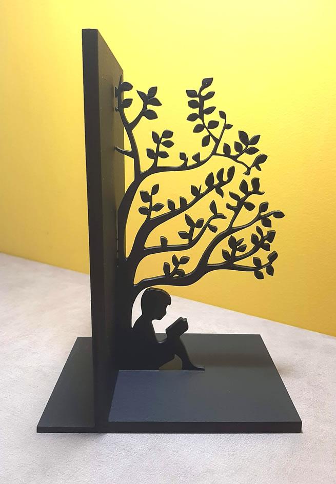 Aparador de Livros Jovens Lendo Debaixo da Árvore