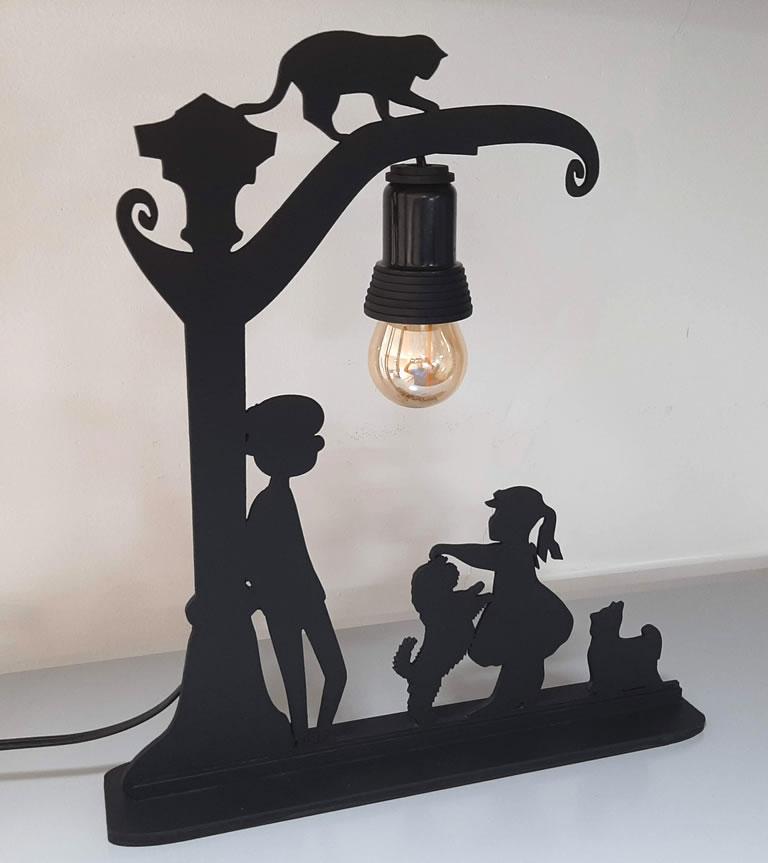 Luminária Abajur Dois Jovens e seus Pets