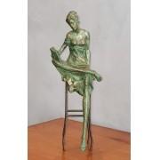 Escultura Feminina em Resina e Metal 39x13cm
