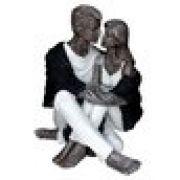 Estatua Casal Sentado Abraçado 20cm