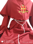 Traje Monge Medieval Vermelho com bordado
