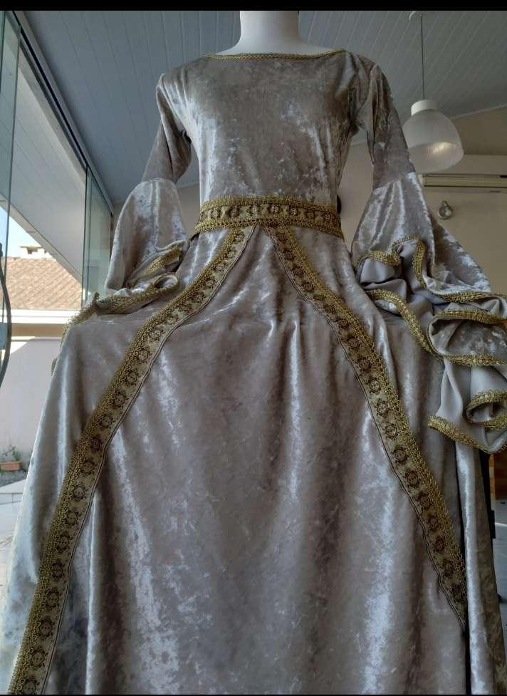 Vestido medieval Julieta com fitas gregas dourada luxuoso