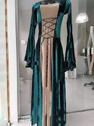 Vestido medieval verde com bege veludo luxo