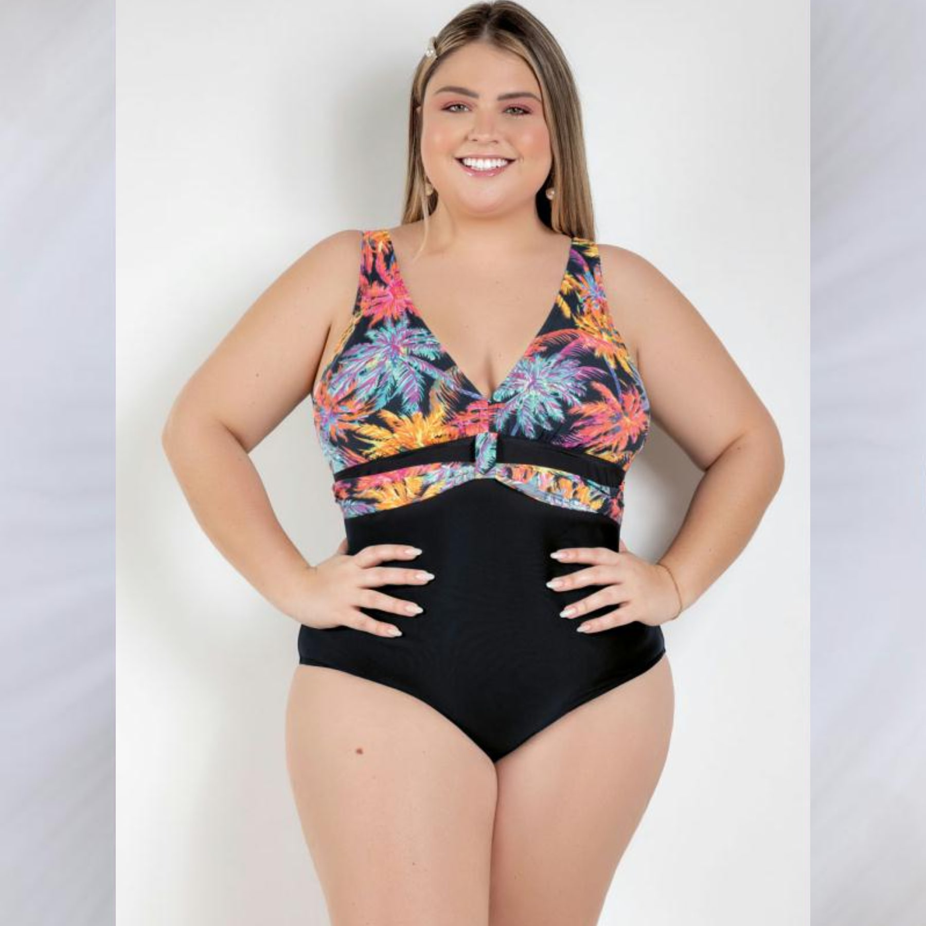 Maiô Preto e Tropical com Tira Frontal Plus Size