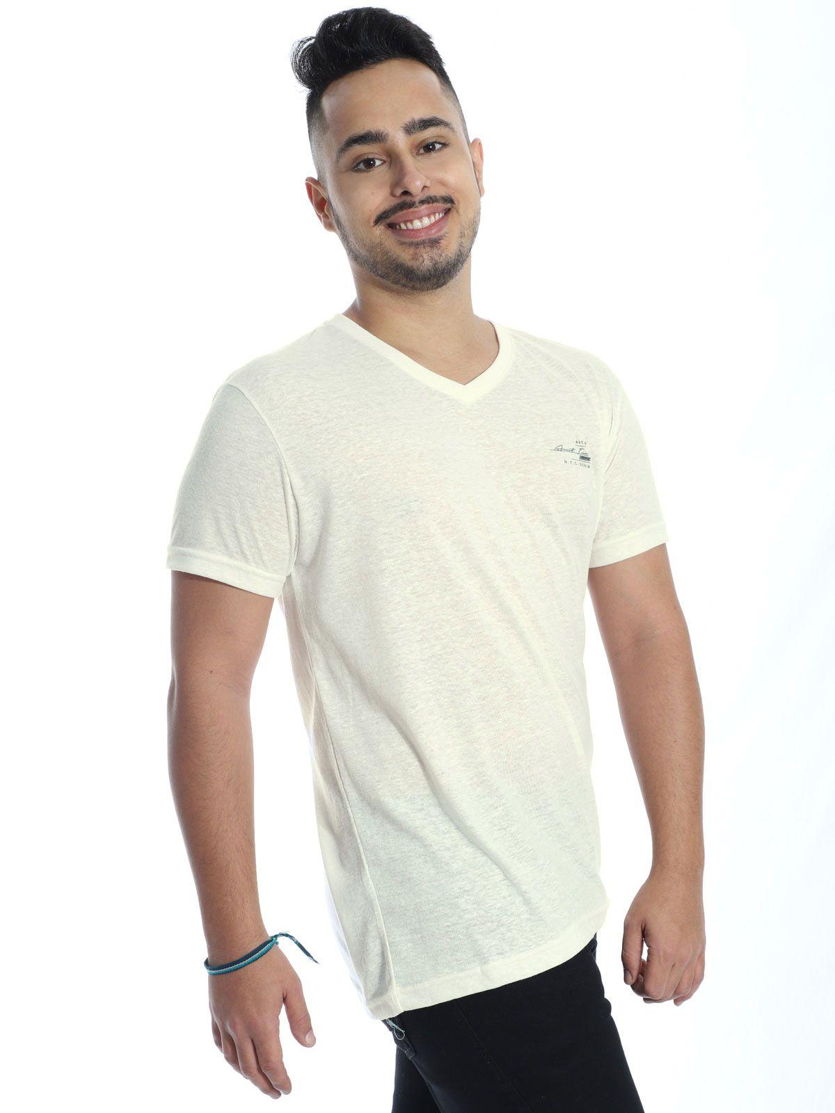 Camiseta Masculina Decote V. Anistia Nature Estampa com Placa Marfim