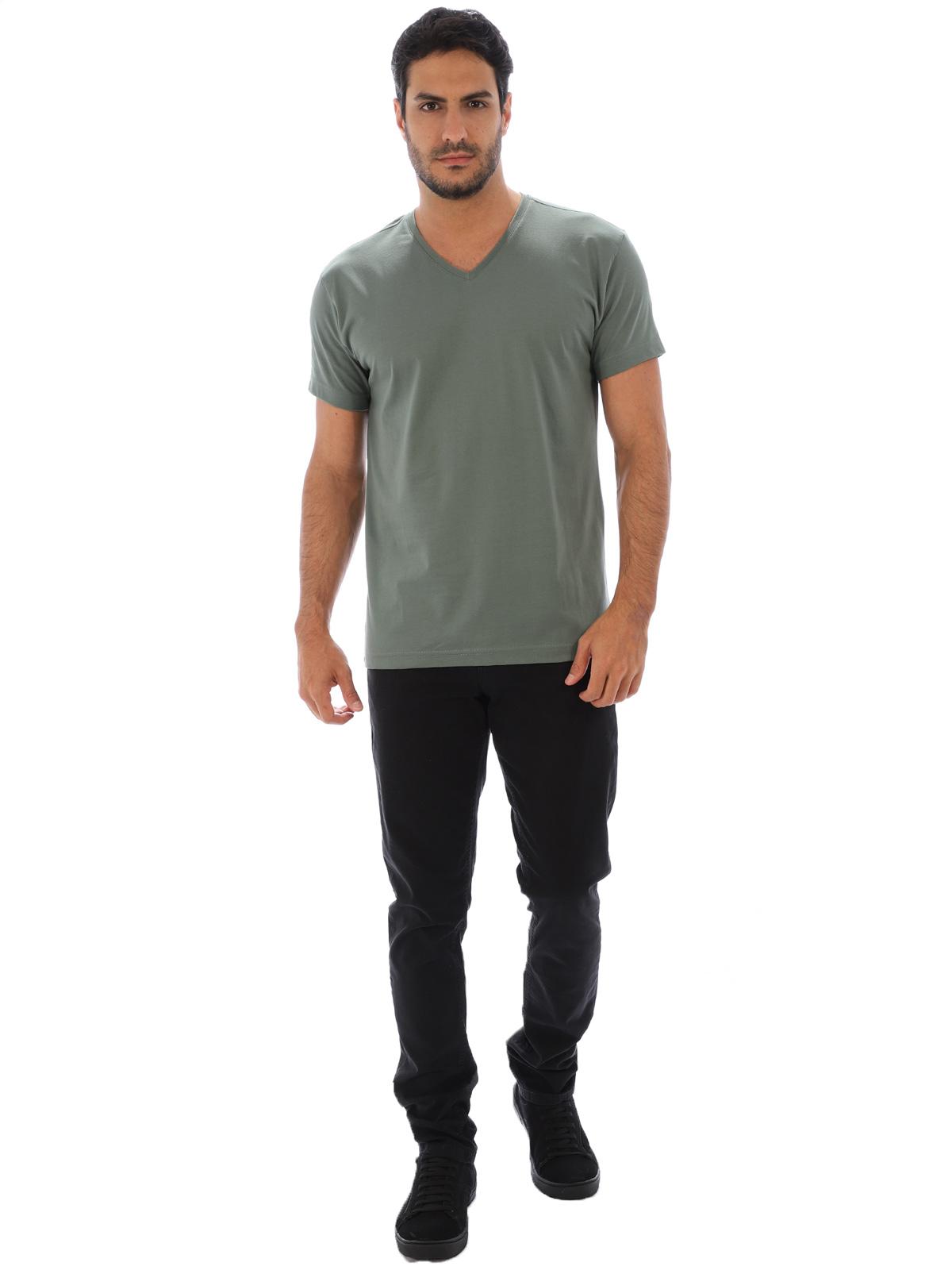 Camiseta Masculina Decote V. Algodão Slim Fit Lisa Concreto