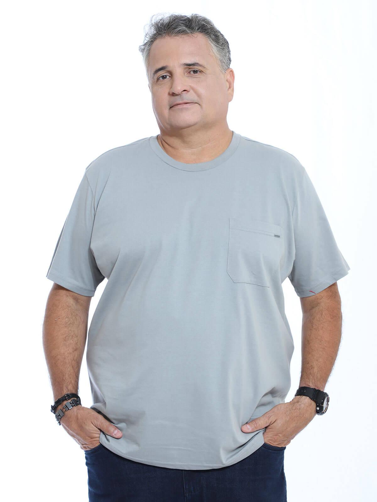 Camiseta Plus Size Anistia Bolso com Plaquinha Cinza