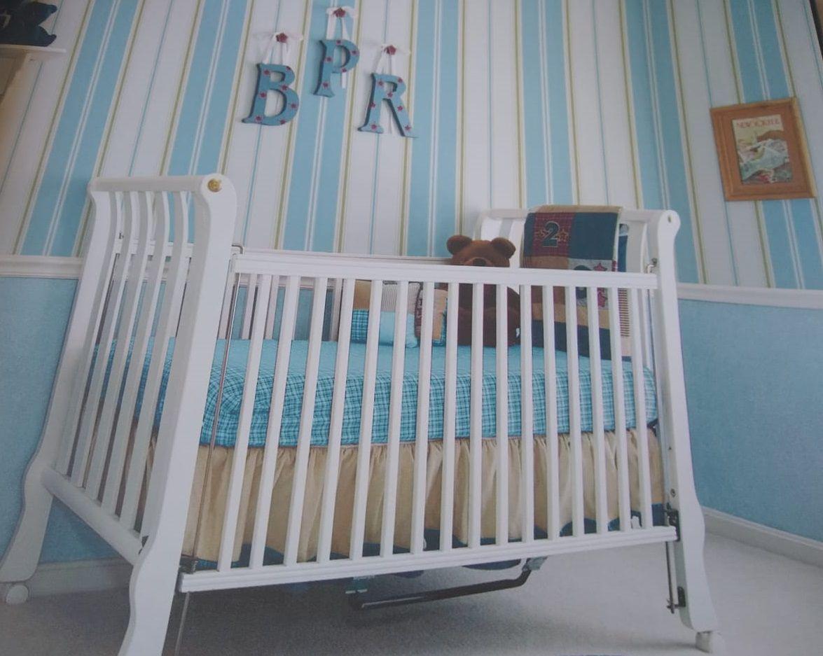 Papel de Parede Listras Grandes Branco e Azul com Fios Creme
