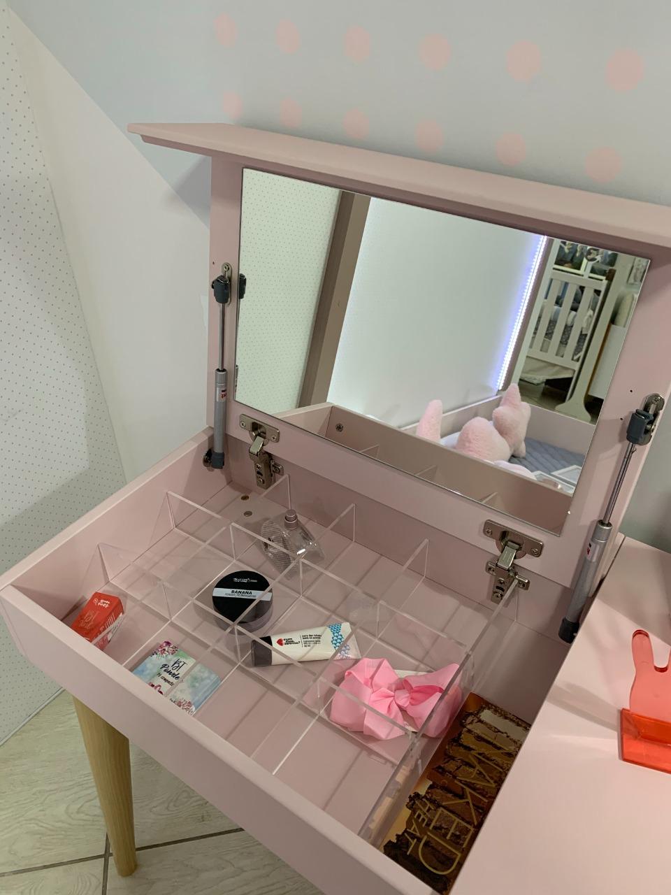 Penteadeira com 2 Gavetas e Porta Objetos com Espelho (Personalize as cores e o lado que deseja colocar o porta objetos).