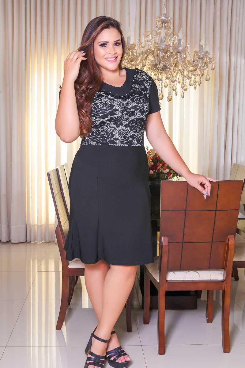 Vestido Plus Size Preto com Detalhe em Renda e Bordado