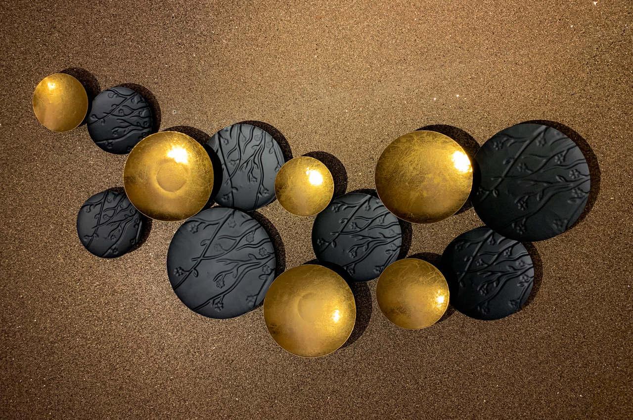 Escultura Decor Metal Vazado em Tons Dourados e Preto