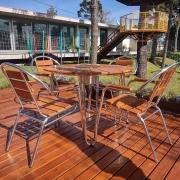 Conjunto Mesa com 4 Cadeiras em Alumínio e Madeira - CJMC108