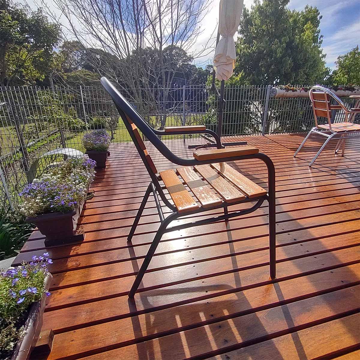 Cadeira em madeira e alumínio pintado em preto - CMAC44M.P