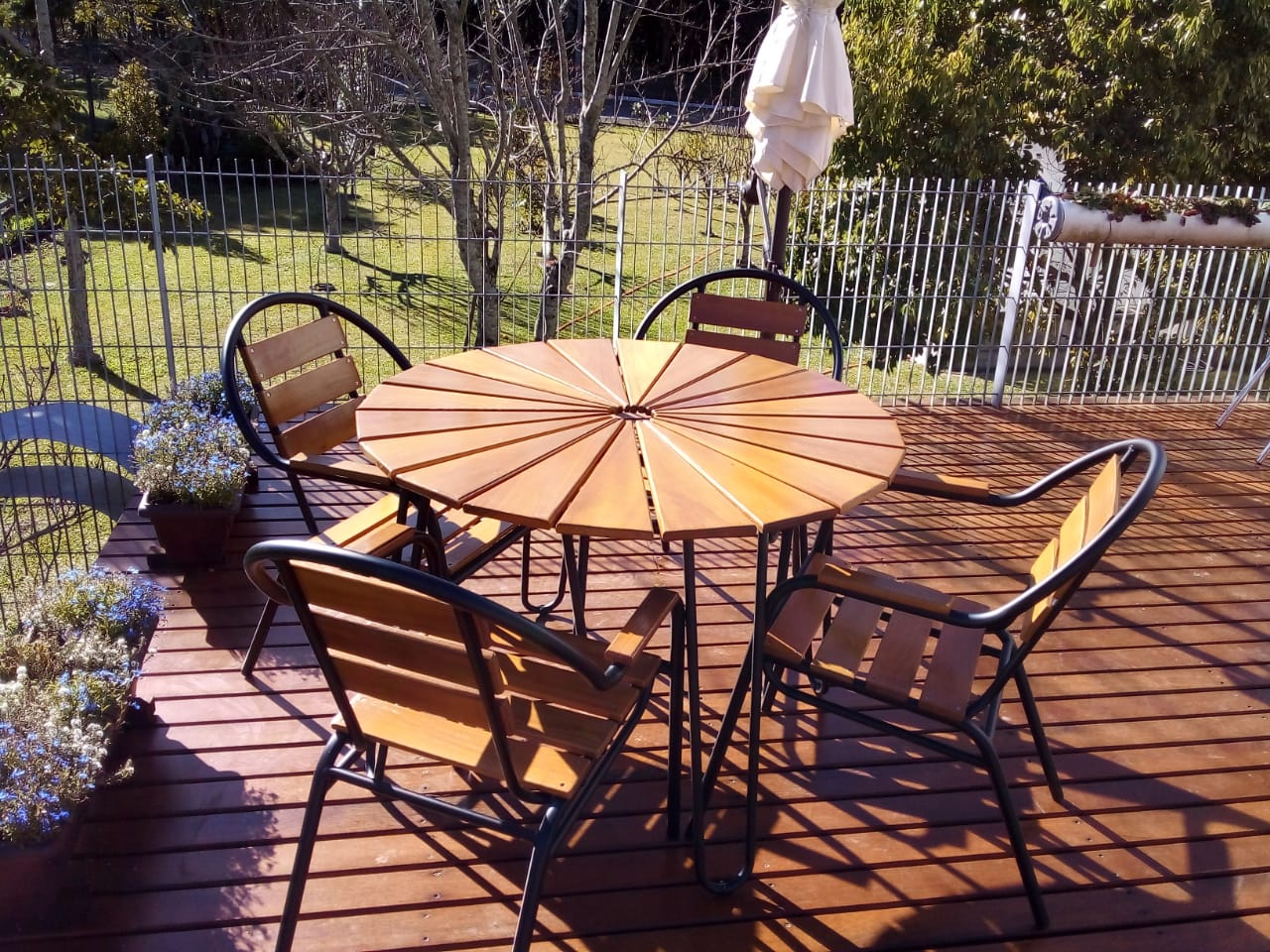 Kit Mesa e 4 Cadeiras em Alumínio e Madeira (com ombrelone bege)