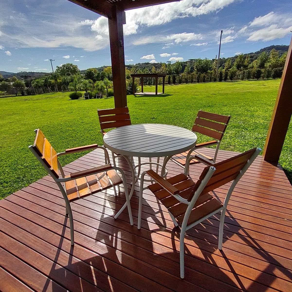 Conjunto NOBRE Pressa - Mesa em Alumínio e 04 Cadeiras em Alumínio e Madeira -  CJMA73.03
