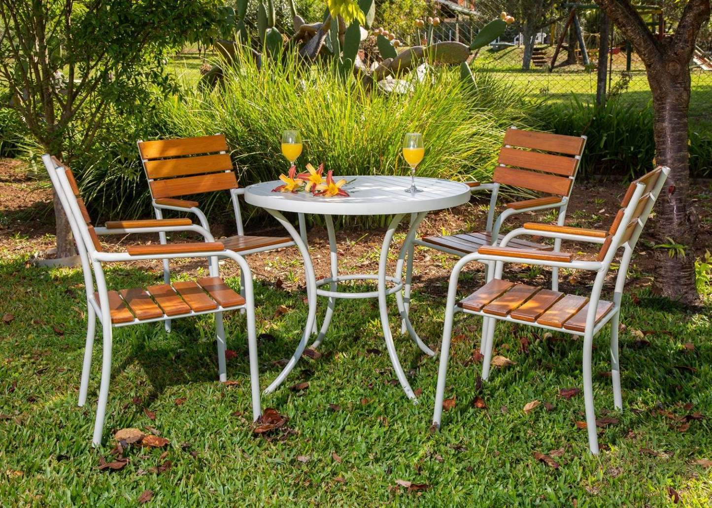 Mamma Gema - Conjunto NOBRE Pressa - Mesa em Alumínio e 04 Cadeiras em Alumínio e Madeira -  CJMA73.03