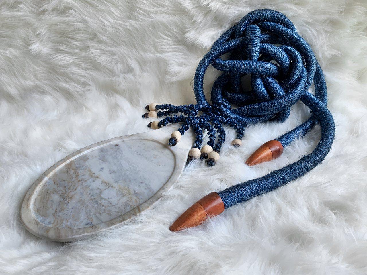 Colar de decoração azul com pedra