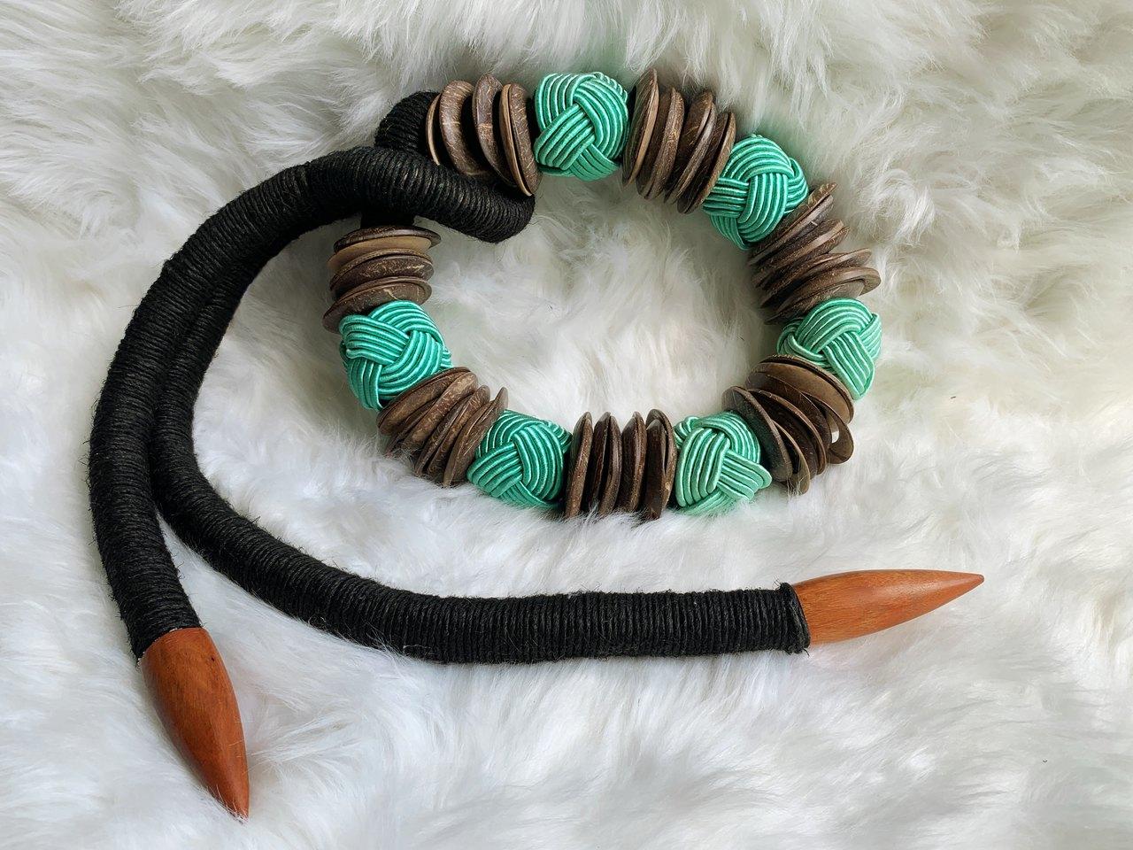Colar de decoração preto com cordas verdes