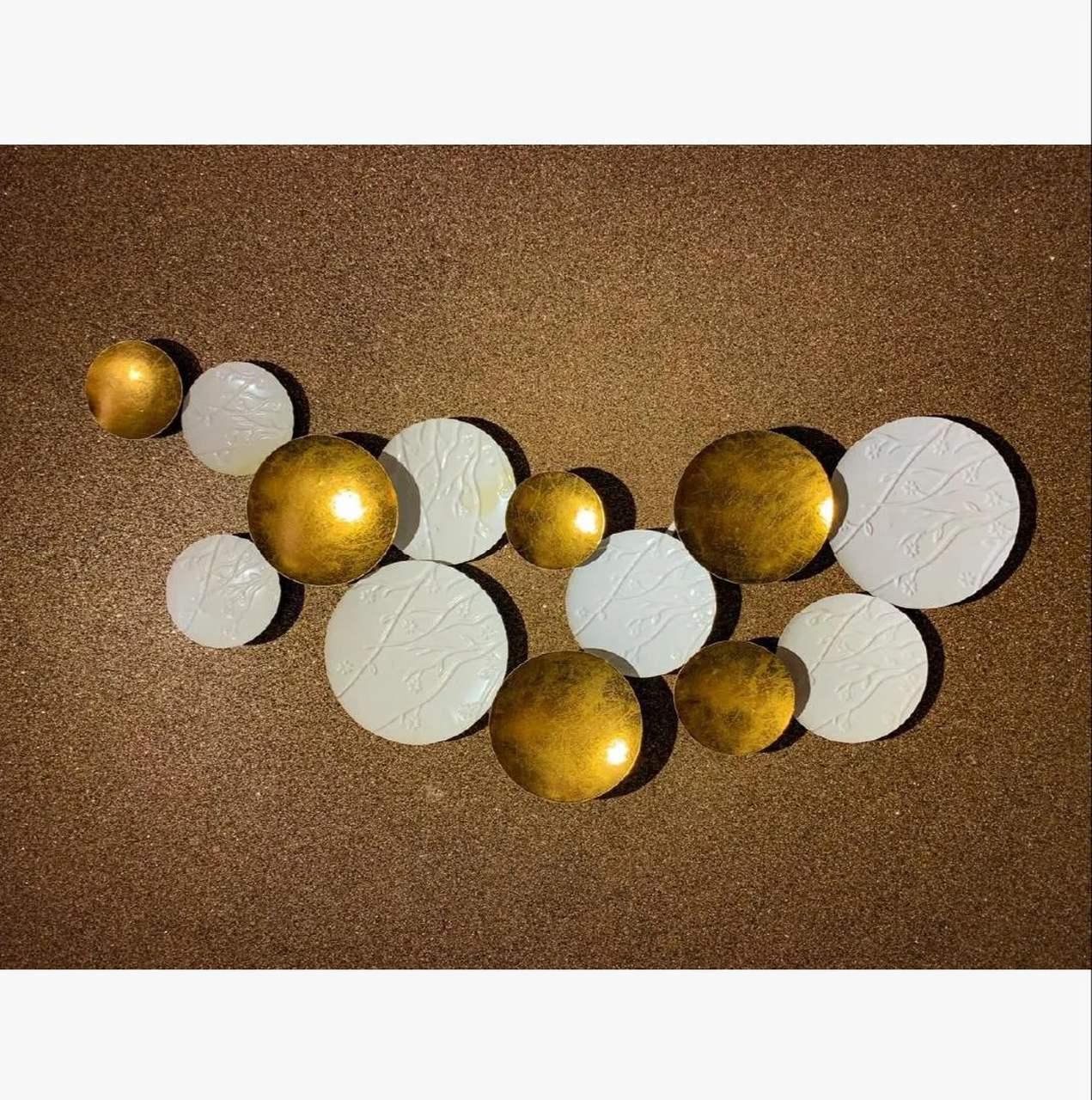 Escultura Decor  Metal Vazado em Tons Dourados e Branco