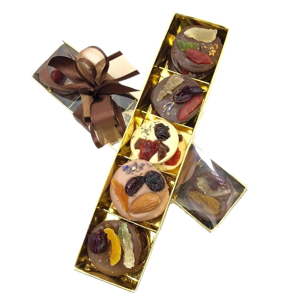 Caixa com Discos de Chocolate e Frutas