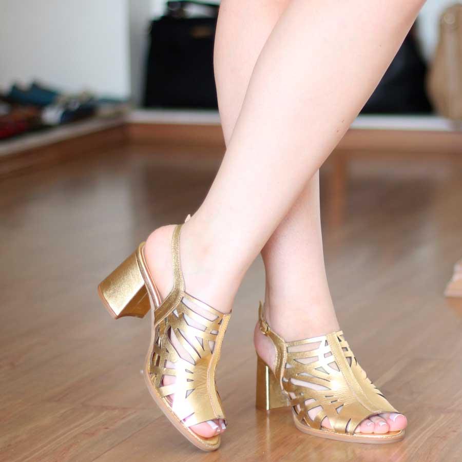 Sandália Feminina Dourada Em Couro Vintage Retrô Boneca Salto Grosso Alto 7713