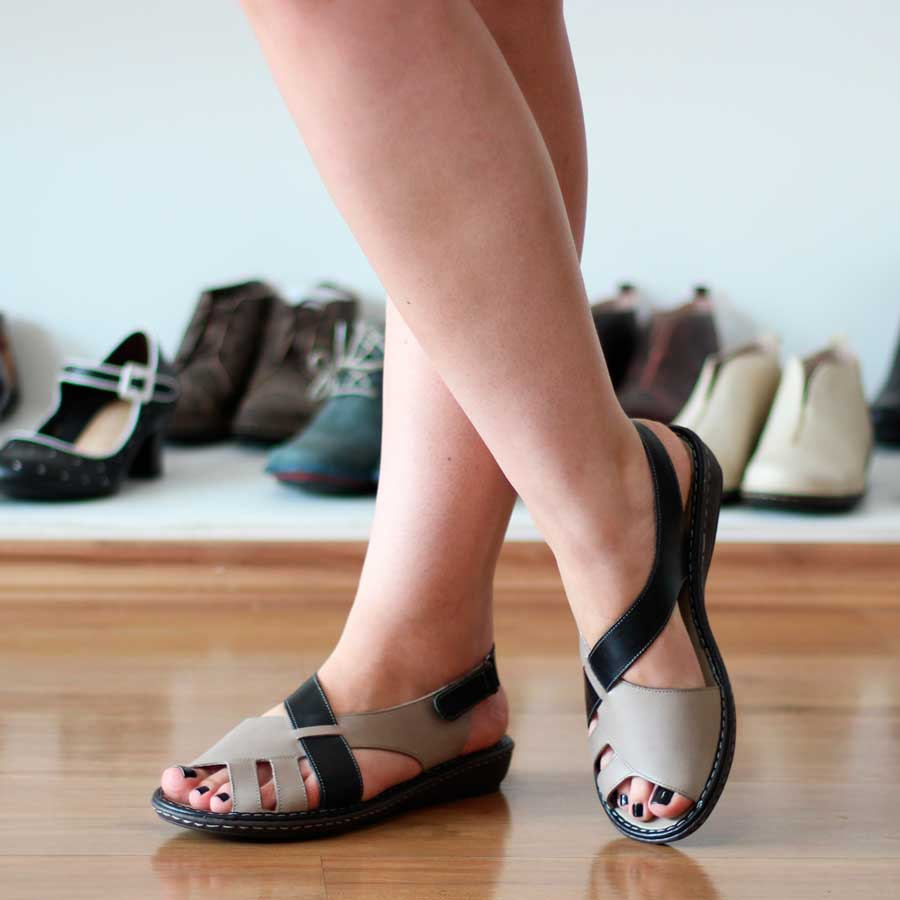 Sandália feminina Retrô Vintage Em Couro  Com Velcro Salto Anabela EL0002