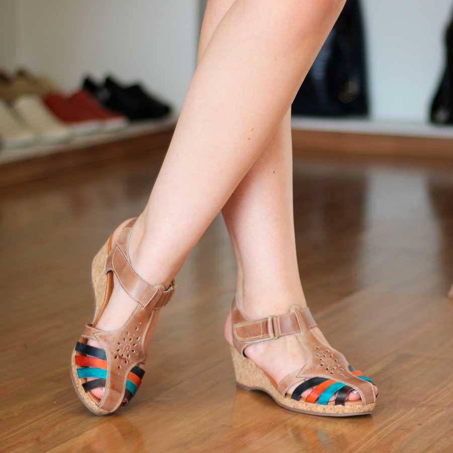 Sandália Feminino Anabela Em Couro Tiras Coloridas Com Velcro 100