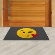 Tapete Capacho Emoji Beijinho 60x40 cm