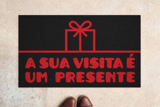 Tapete Capacho Sua Visita É Um Presente 60x40 cm  - Zap Tapetes e Capachos Personalizados