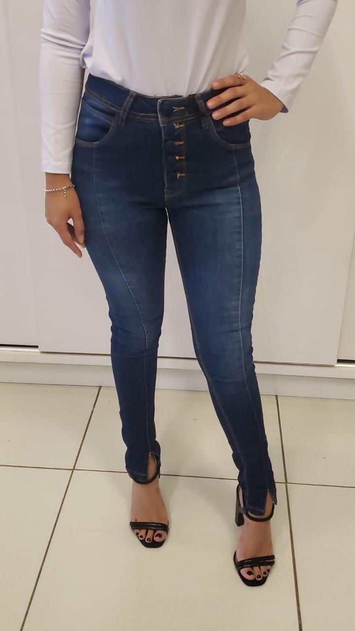 calça jeans skinny com botão