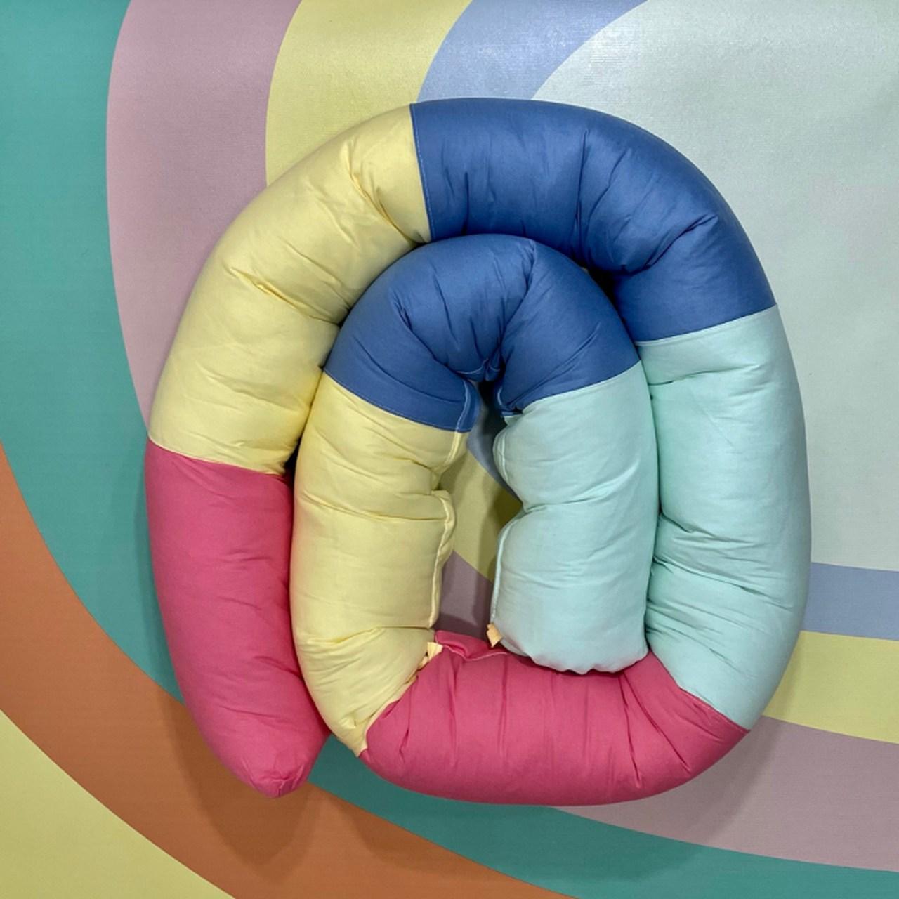 Protetor minhocão 100 % algodão arco íris  framboesa