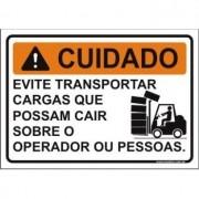 Evite transportar cargas que possam cair sobre o operador