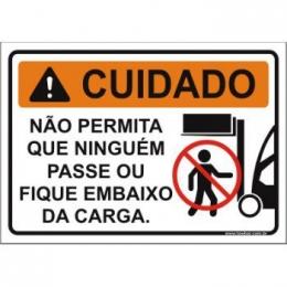 Não permita que ninguém passe ou fique embaixo da carga