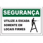 Utilize a escada somente em locais firmes