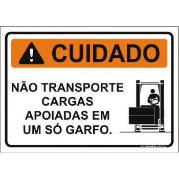 Não transporte cargas apoiadas em um só garfo  - Towbar Sinalização de Segurança