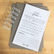 0139 - Kit Refil Calendário 2020 (calendário, chipboard e wire-o) - Cravo Mel