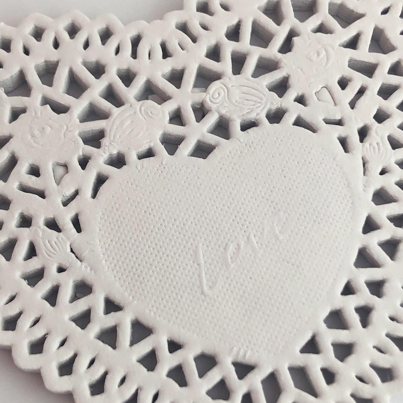 """Doily 4"""" (10 cm) - Coração branco - 50 unidades (PD-10C)"""