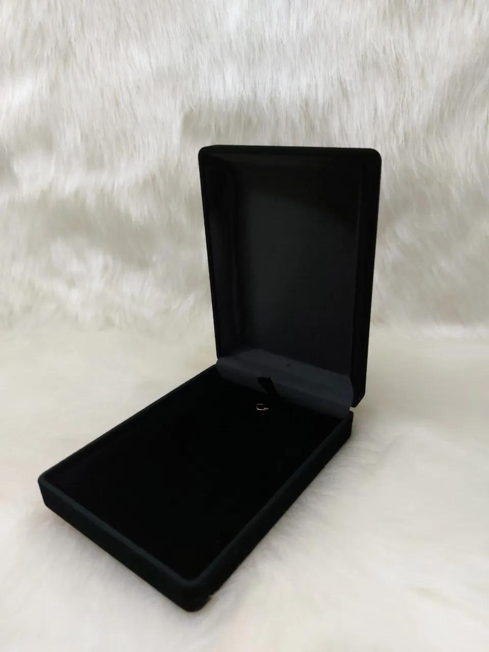 Caixa Veludo Preto  (corte lateral p/corrente ) 8x11