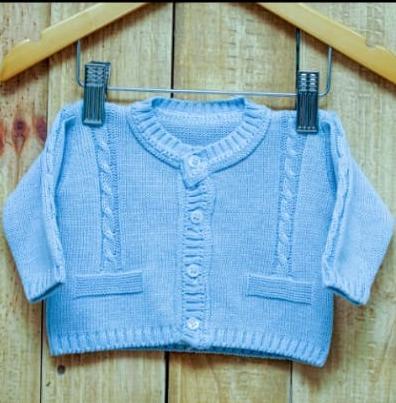 Casaco em Tricot  para Bebê Com Trança e Com Detalhes Tipo Bolso  Azul Claro
