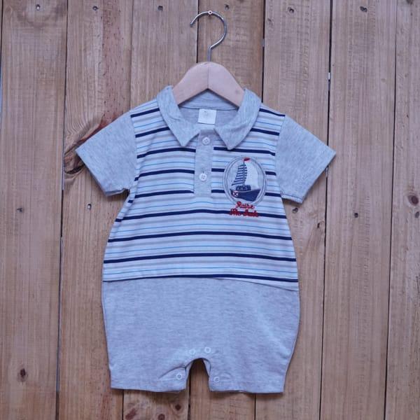 Macacão para Bebê Curto Listrado com Bordado de Barco Cinza