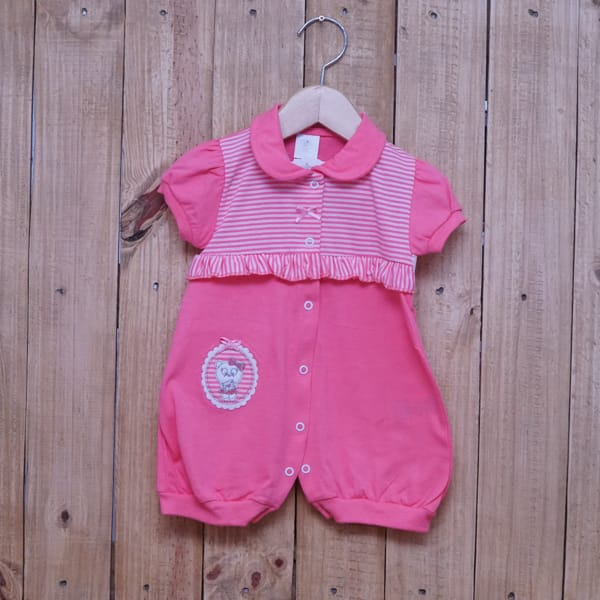 Macacão Para Bebê Curto Listrado com Bordado Gatinha Rosa Escuro