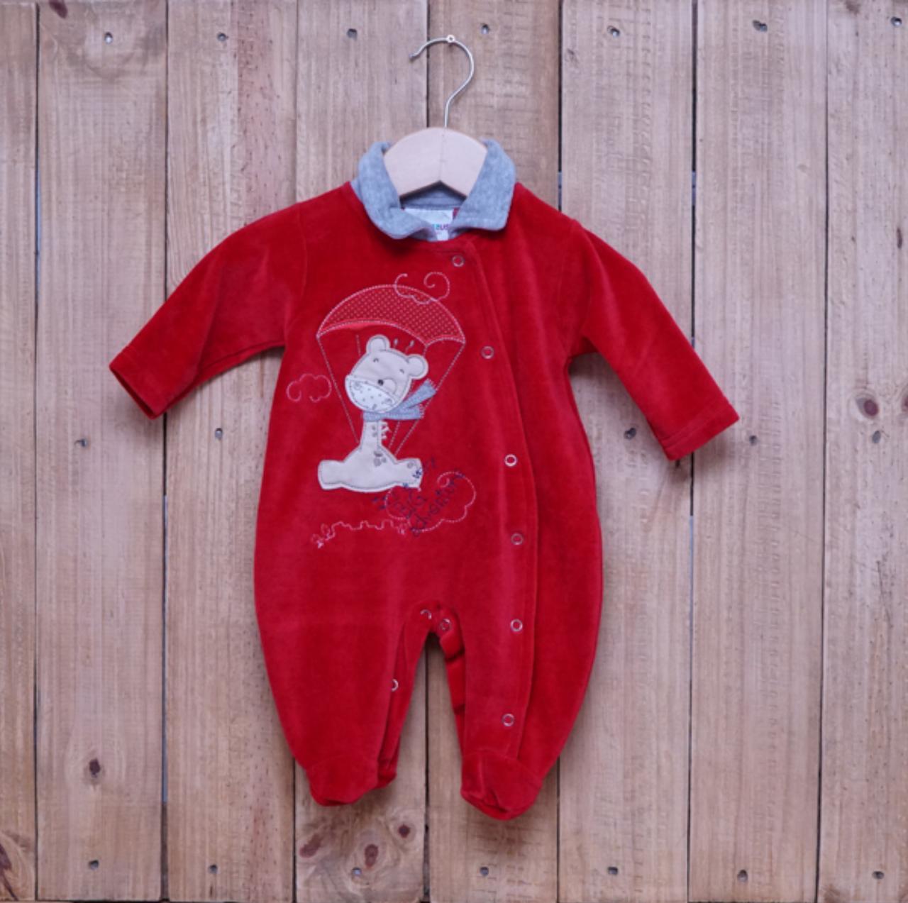 Macacão para Bebê Plush com Detalhe em Bordado Vermelho