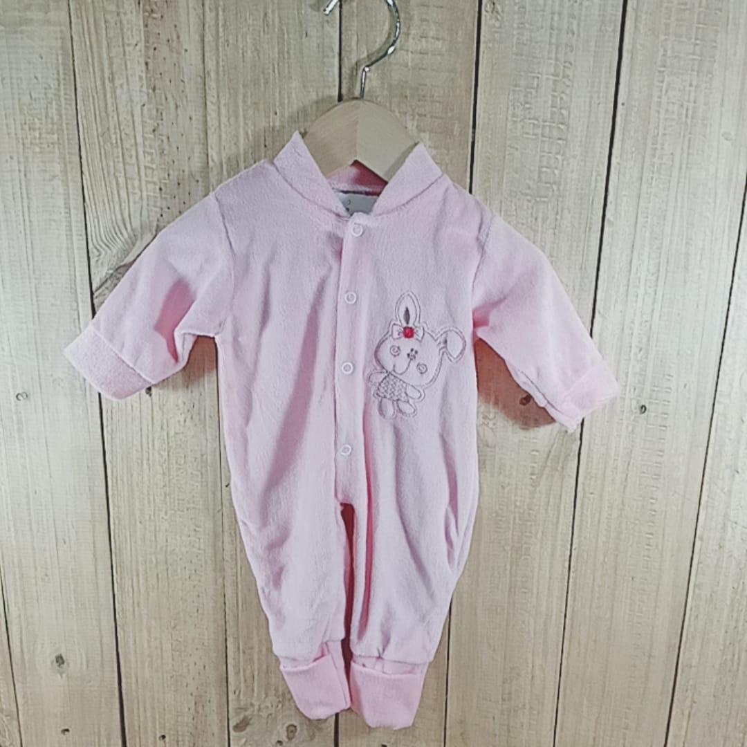 Macacão Plush para Bebê com Bordado Coelhinho  na Frente  Rosa