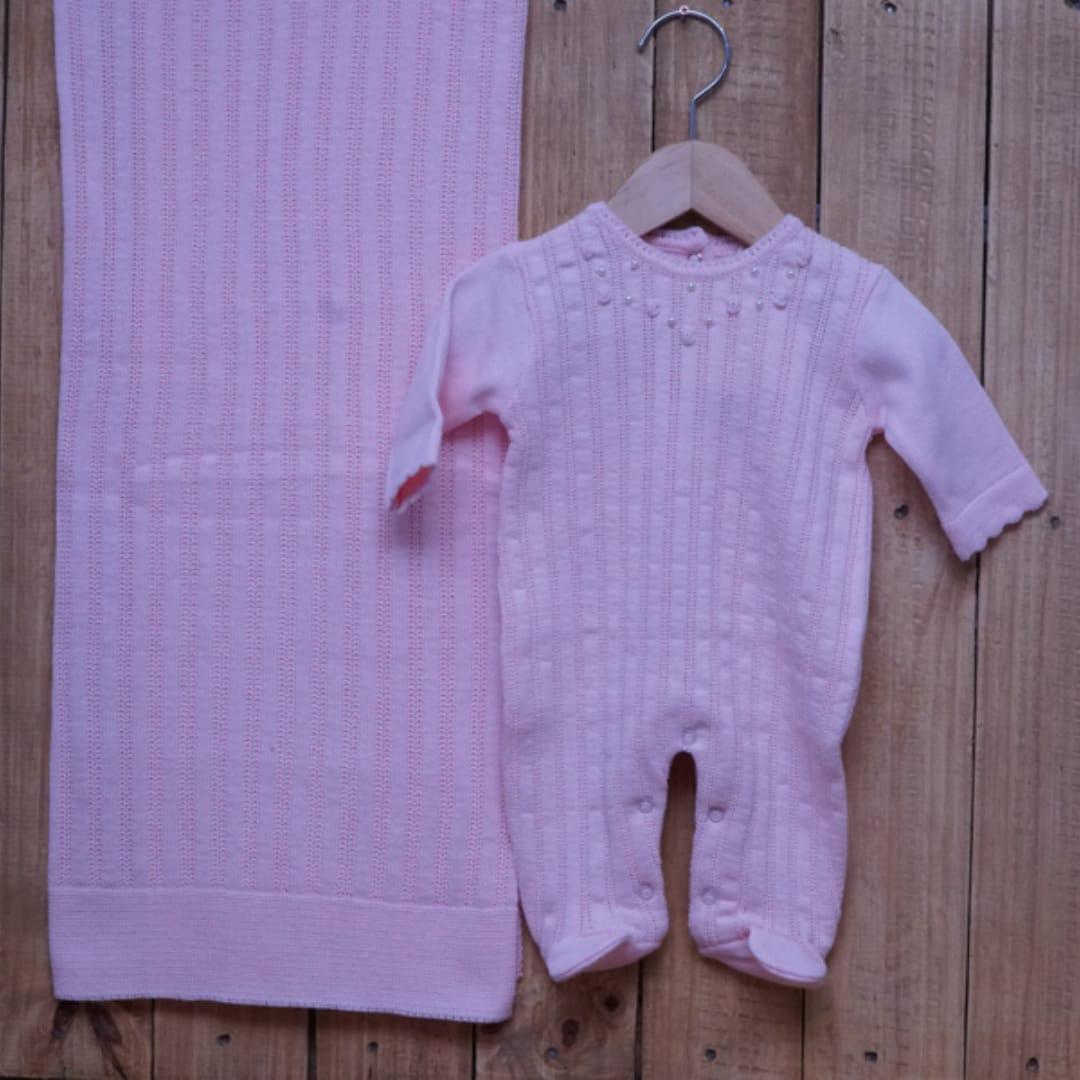 Saída Maternidade em Tricot para Bebê com Detalhe em Pérolas e Flores Rosa