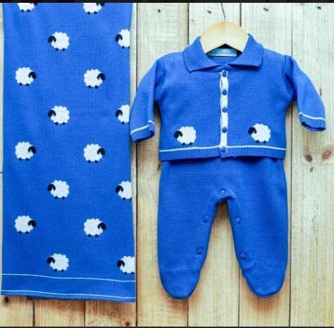 Saída Maternidade para Bebê Casaquinho com Gola polo e Estampa Ovelhas  em Tricot Blue Jeans