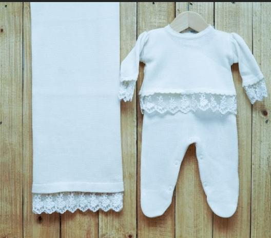 Saída Maternidade para Bebê em Tricot  Jardineira  com Blusa com Babado Renda OFF White