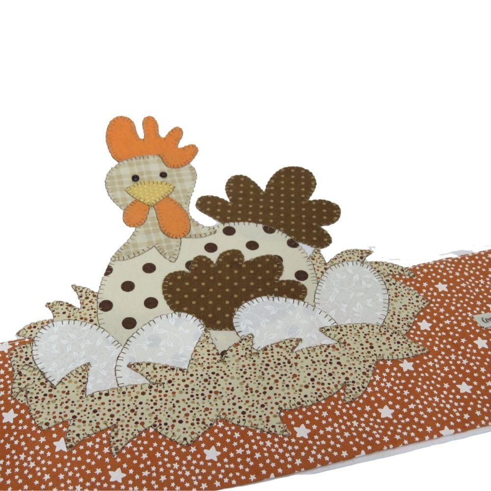 Pano de copa em patch aplique com bordado em ponto caseado. Tema galinha chocadeira